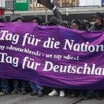 Der hässliche Deutsche ist zurück. Scharfmacherisch im Ton, unerbittlich gegenüber Griechenland, entwürdigend im Umgang mit Flüchtlingen.