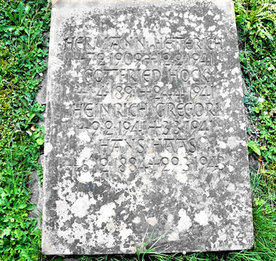 Grabplatte des NS-Opferfelds als Emblem: kaum bekannt, schwer zu entziffern, falsche Daten